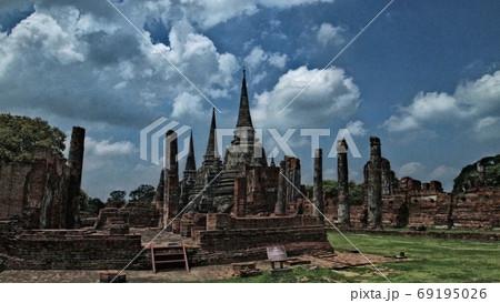 タイ世界遺産アユタヤの遺跡 尖塔と柱列 69195026