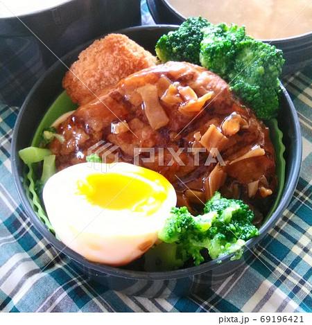 ハンバーグに茹で卵とブロッコリーが添えられたおかずの手作り弁当 69196421