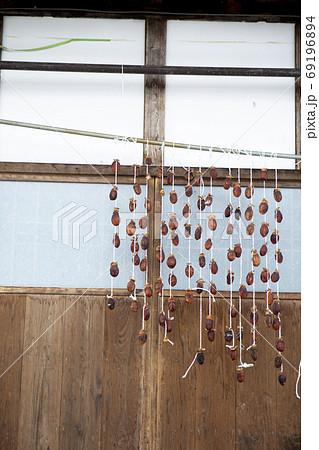 軒先に吊るされた干し柿、1月福島県 69196894