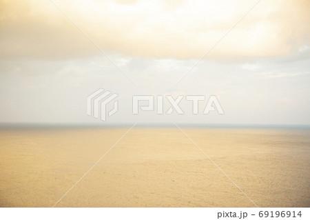 与那国島の朝焼けに赤く染まる海、冬 69196914