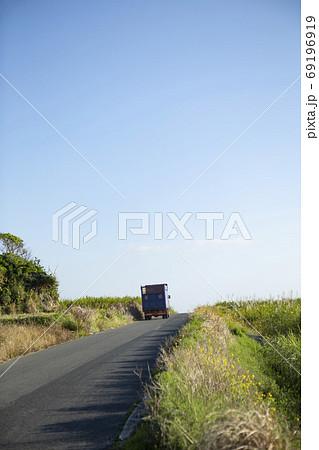 喜界島のサトウキビを運ぶトラック 69196919