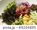 韓国風サラダ 野菜と海藻のコチュジャンサラダ 69204895