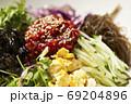 韓国風サラダ 野菜と海藻のコチュジャンサラダ 69204896