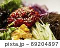 韓国風サラダ 野菜と海藻のコチュジャンサラダ 69204897