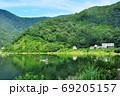 富士五湖の精進湖と山並みと釣舟 69205157
