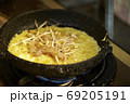 ベトナム風オムレツ ベトナム料理 バインセオ 69205191