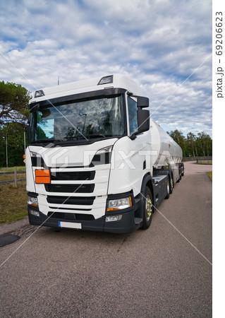 燃料を積んだ白い長距離トラック、フロントサイド 69206623