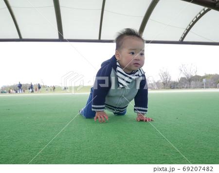 公園の芝生マットでハイハイする幼児 69207482