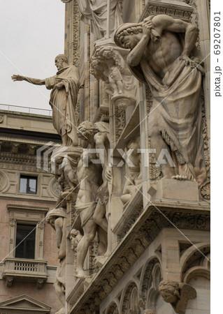 ミラノ大聖堂・ドゥオーモの尖塔の聖人像 69207801