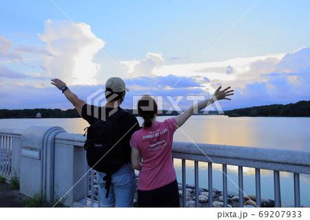 《東京都》多摩湖の夕日 男女二人 69207933