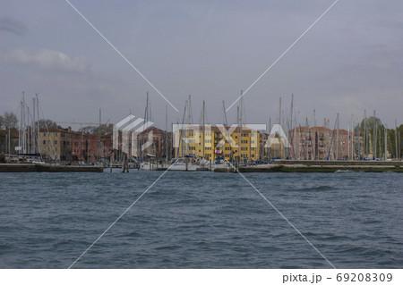 海に浮かぶアパート群と係留されたヨット・ベネチア 69208309
