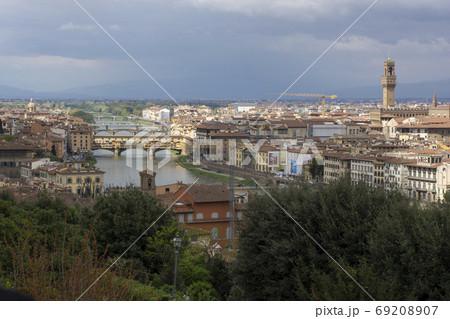 ミケランジェロ広場からのアルノ川を中心にしたフィレンツェの俯瞰 69208907