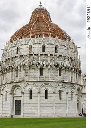 ロマネスク様式とゴシック様式が併存する丸い洗礼堂・ピサのドゥオモ広場・イタリア 69208914