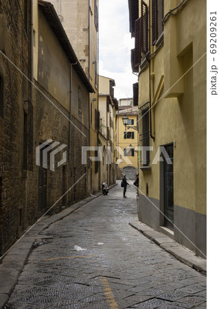 古い石畳の路地でのおしゃべり・フィレンツェ 69209261