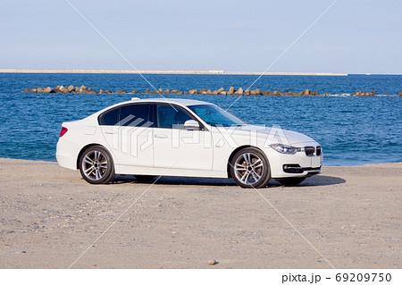白い車 ドライブ 海 デート 69209750