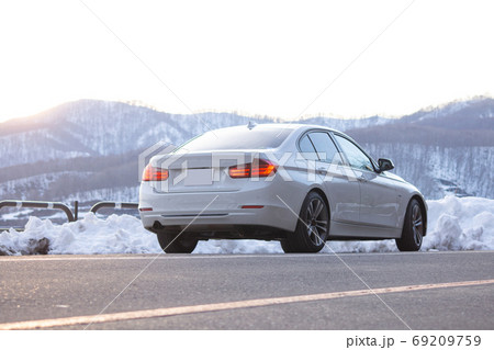 休日 ドライブ セダン 輸入車 白い車 山道 69209759