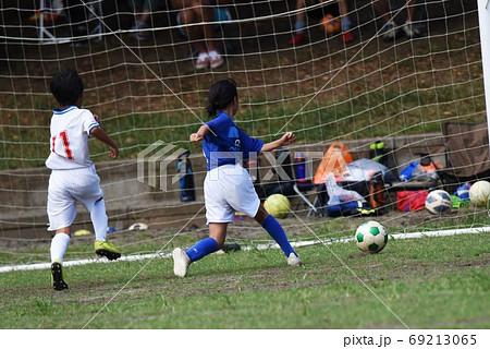 少年サッカー 試合風景 69213065