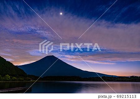 【静岡県】色づき始めた、田貫湖の空と富士山 69215113