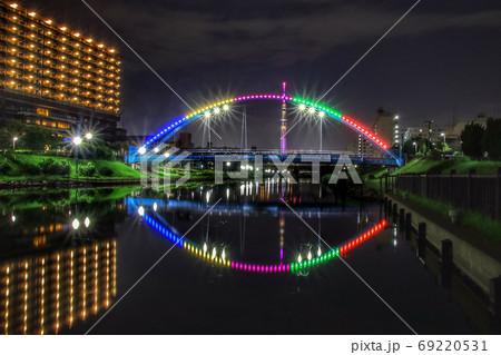 ライトアップされた、ふれあい橋の夜景 69220531