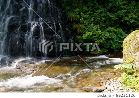 行者の滝と興部川の流れ 西興部町 69221126