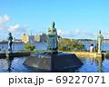 江の島湘南港 北緑地広場のオリンピック記念噴水池と片瀬江ノ島方面眺望 69227071
