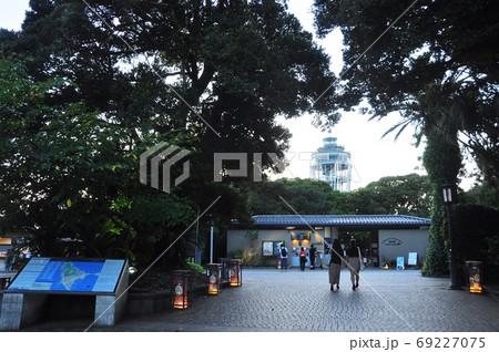 江の島 サムエル・コッキング苑入口と展望灯台シーキャンドルと江の島灯篭 69227075