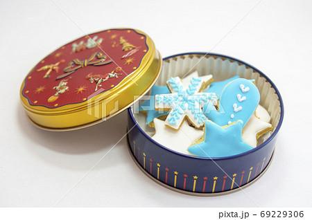 ブルーとホワイトのアイシングクッキーが入っている缶 69229306