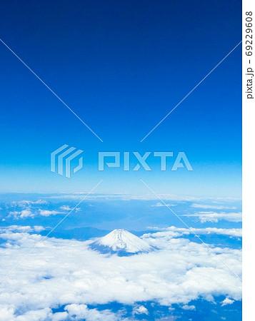富士山を眼下に見る 69229608
