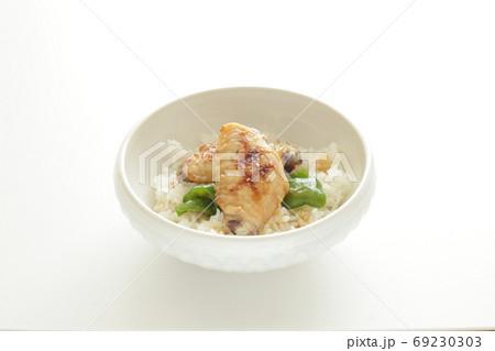 BBQチキンウィングとピーマン丼 69230303