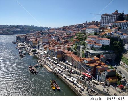 ポルトガル、ドウロ川とポルトの街並み 69234013