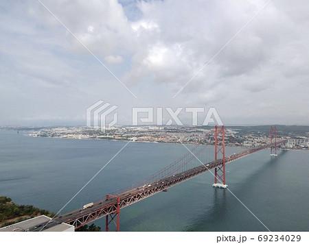 ポルトガル、テージョ川と4月25日橋 69234029
