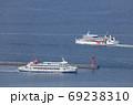 高松港の外防波堤ですれ違う小豆島航路の国際フェリーと小豆島フェリー 69238310