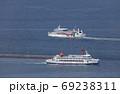 高松港の外防波堤ですれ違う小豆島航路の国際フェリーと小豆島フェリー 69238311