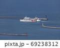 高松港に入港する小豆島航路の第1こくさい丸と赤灯台 69238312