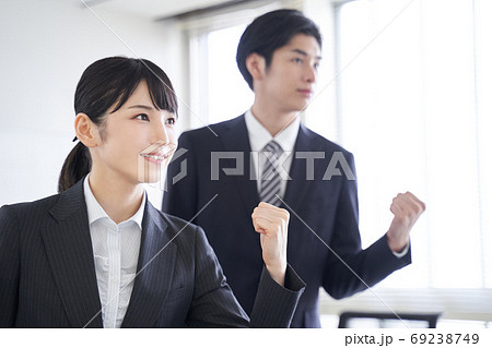 オフィスで目標に向かってやる気を見せる日本人ビジネスパーソン 69238749
