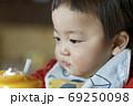 食事中の赤ちゃん 69250098
