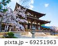 法隆寺 春の境内風景 桜と中門 (奈良県生駒郡斑鳩町) 2020年4月 69251963