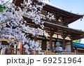 法隆寺 春の境内風景 桜と中門 (奈良県生駒郡斑鳩町) 2020年4月 69251964