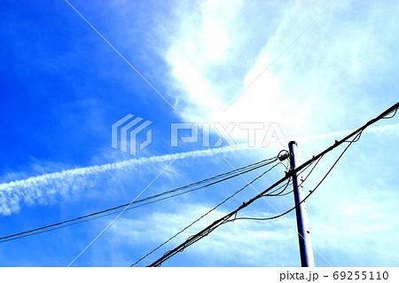 巻雲と飛行機雲と電柱が交差する空の横向きの写真 69255110