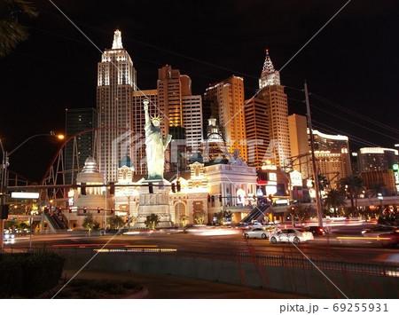 ラスベガスのニューヨーク・ニューヨークの夜景 69255931