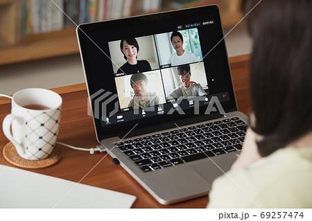 家でテレワーク・ビデオ会議・在宅ワークをする若い日本人女性イメージ 69257474
