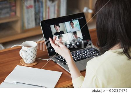 家でテレワーク・ビデオ会議・在宅ワークをする若い日本人女性イメージ 69257475