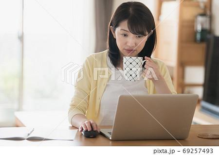 家でテレワーク・リモートワーク・在宅ワークする若い日本人の女性イメージ 69257493