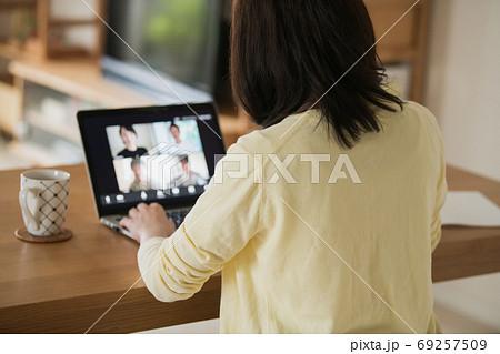 家でテレワーク・ビデオ会議・在宅ワークをする若い日本人女性イメージ 69257509