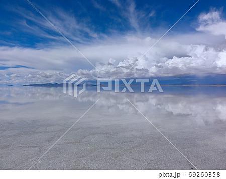 無限の水平線と空を反射する湖面(ウユニ塩湖) 69260358