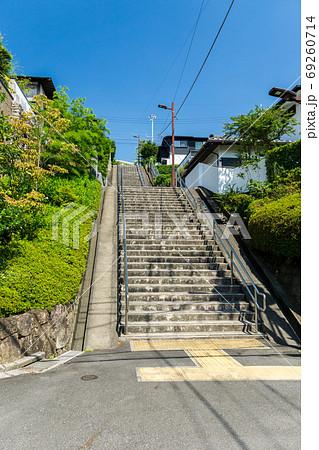 聖蹟桜ヶ丘 いろは坂通りへと続く長い階段と夏の青空 69260714