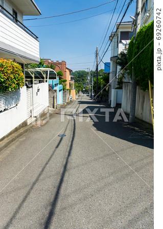 聖蹟桜ヶ丘 いろは坂通りから少し入った路地と家々 69260742