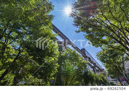 立川 サンサンロードを走る多摩モノレールの車両 69262504