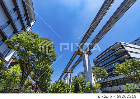 立川 サンサンロードの並木道と多摩モノレールの高架 69262519