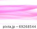 抽象的背景 赤色系(ピンク色)ゆるやかな流れ・ライン 69268544
